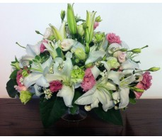T26 WHITE LILIES WITH PINK MIXING FLOWERS TABLE DISPLAY
